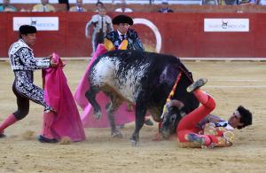 Víctor Barrio, tras sufrir una grave cogida en el tercer toro de la tarde en la feria de Teruel.