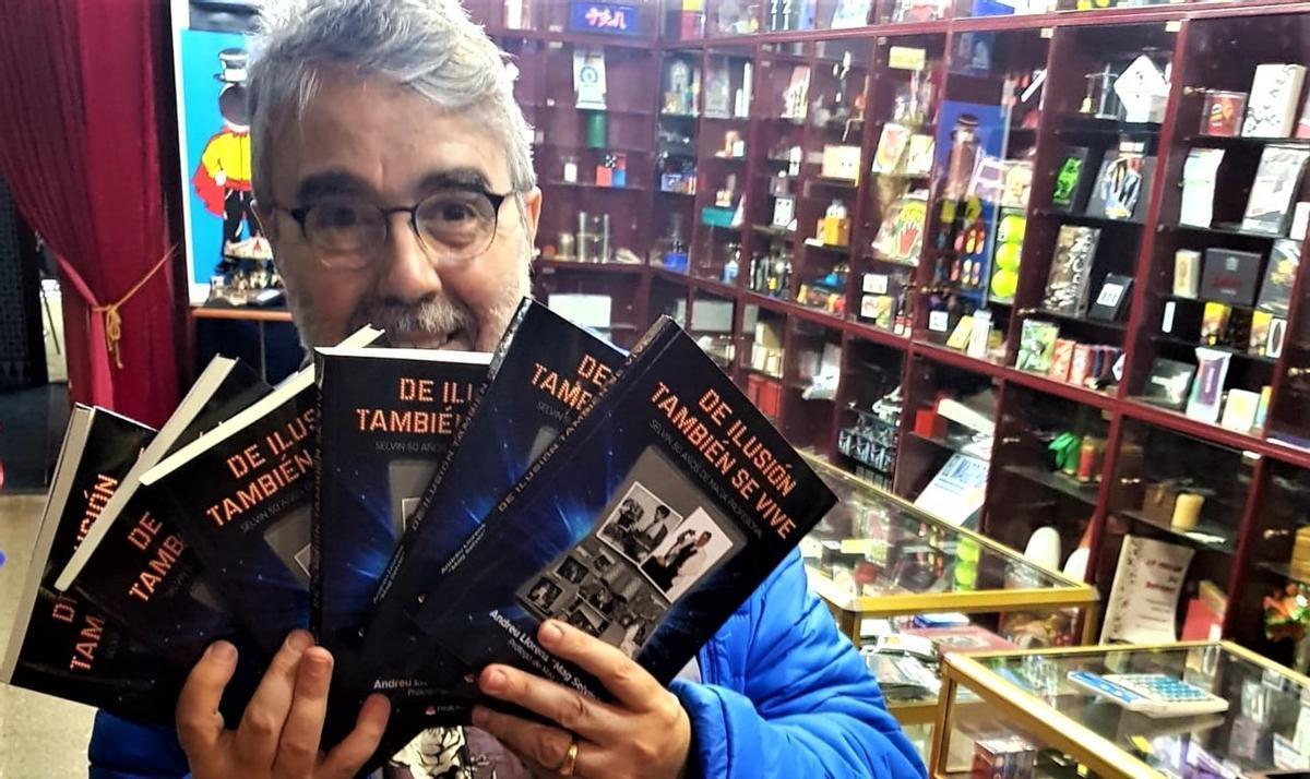 Selvin posa con el libro en la tienda Selecciones Mágicas, una de las más grandes de Europa.