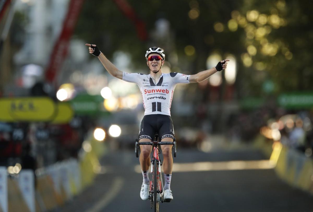El danés Søren Kragh Andersen celebra el triunfo enla etapa 14 del Tour.