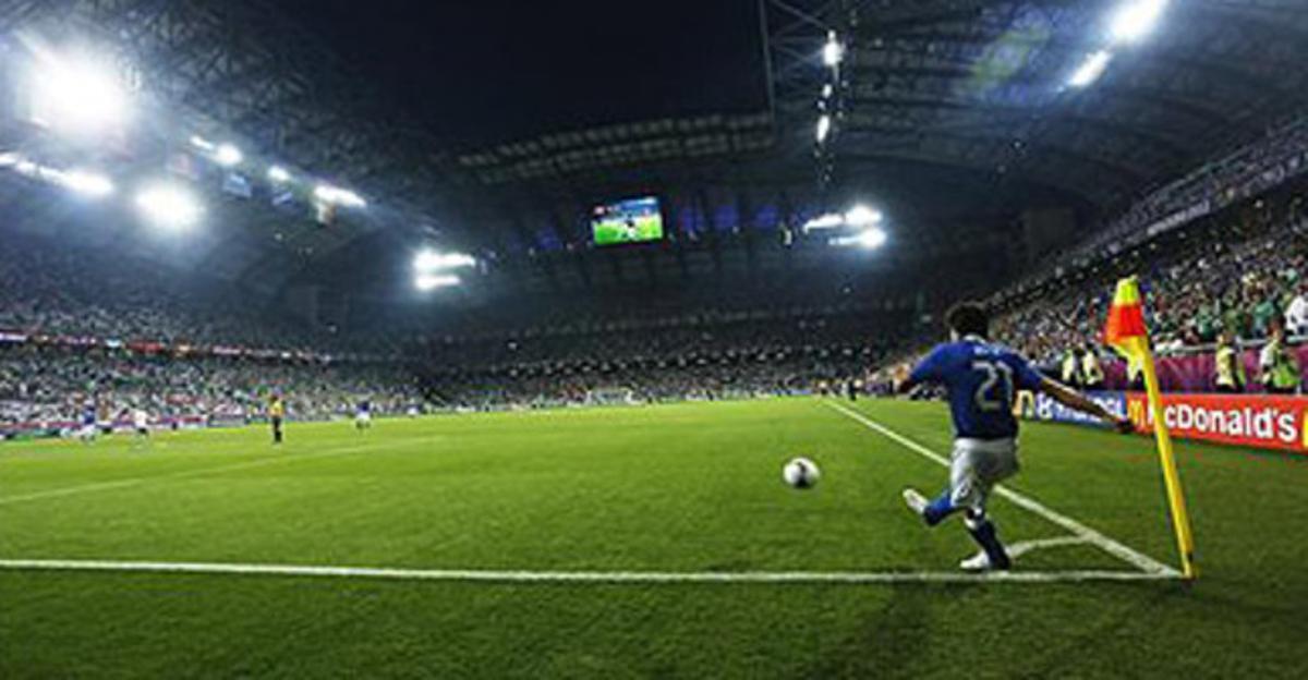 El jugador de Italia Andrea Pirlo cobrando un tiro de esquina en un partido de la Eurocopa 2012 contra Irlanda, el pasado lunes.