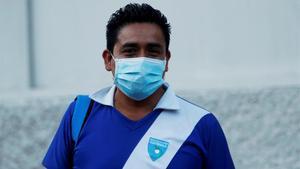 Un trabajador en la calle con la camiseta de la selección de Guatemala.