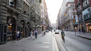 Paseantes transitan por una calle de Helsinki en 2018.