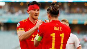 Moore y Bale celebran el gol del primero, que le valió a Gales el empate ante Suiza.