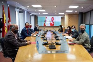 Los ministros Salvador Illa y Carolina Darias, junto con el vicepresidente madrileño y el consejero de Sanidad, Ignacio Aguado y Enrique Ruiz Escudero, con sus respectivos equipos, en la reunión del Grupo Covid-19, este 29 de septiembre en la sede de la Comunidad de Madrid.