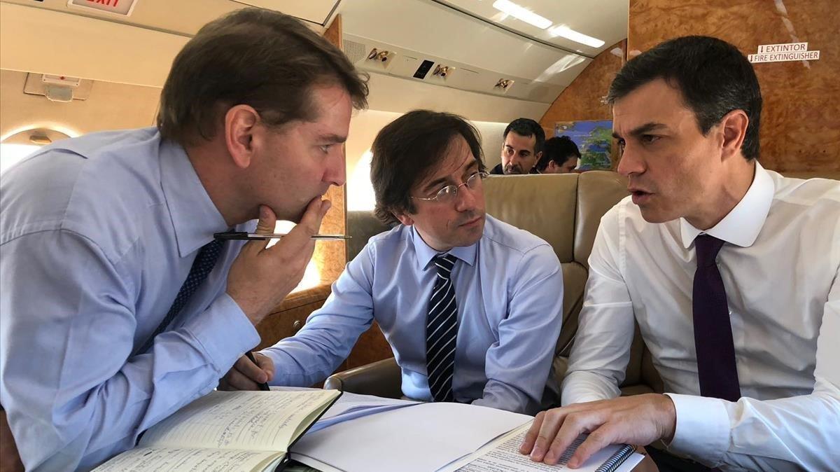 De la Rocha (izquierda) habla con Pedro Sánchez.