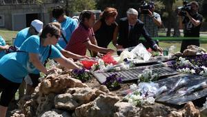 Familiares de las víctimas del accidente de Spanairdepositan flores en el jardín de la Terminal 2 en elaeropuerto de Madrid.