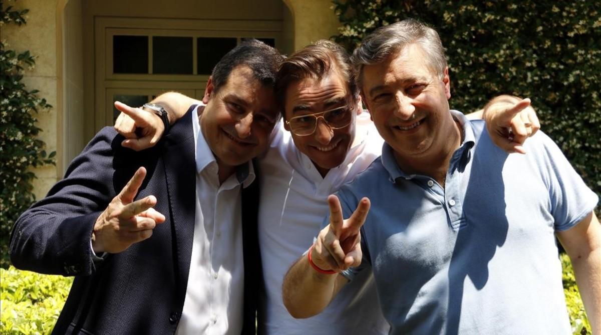 Josep, Jordi y Joan Roca, delante de El Celler.