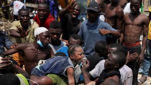 Tragedia en Nigeria al derrumbarse una escuela y atrapar a un centenar de niños.