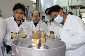 Un equipo de la Organización de Energía Atómica de Irán examina el proceso de enriquecimiento de uranio en una planta nuclear iraní de Natanz.