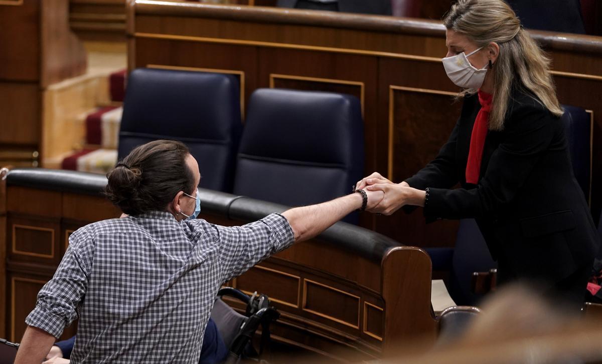 El líder de Unidas Podemos, Pablo Iglesias, saludando a la ministra de Trabajo, Yolanda Díaz, tras su última intervención en el Congreso