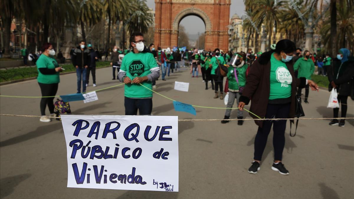 Protesta de las PAH catalanas para defender la ley del Parlament contra los desahucios o desalojos.