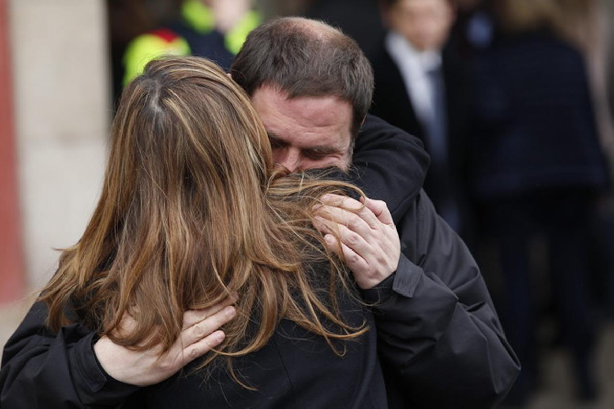 Los líderes de ERC, Oriol Junqueras y del PPC, Alicia Sánchez-Camacho se abrazan, al finalizar el minuto de silencio, realizado este miércoles a las puertas del Parlament de Catalunya.