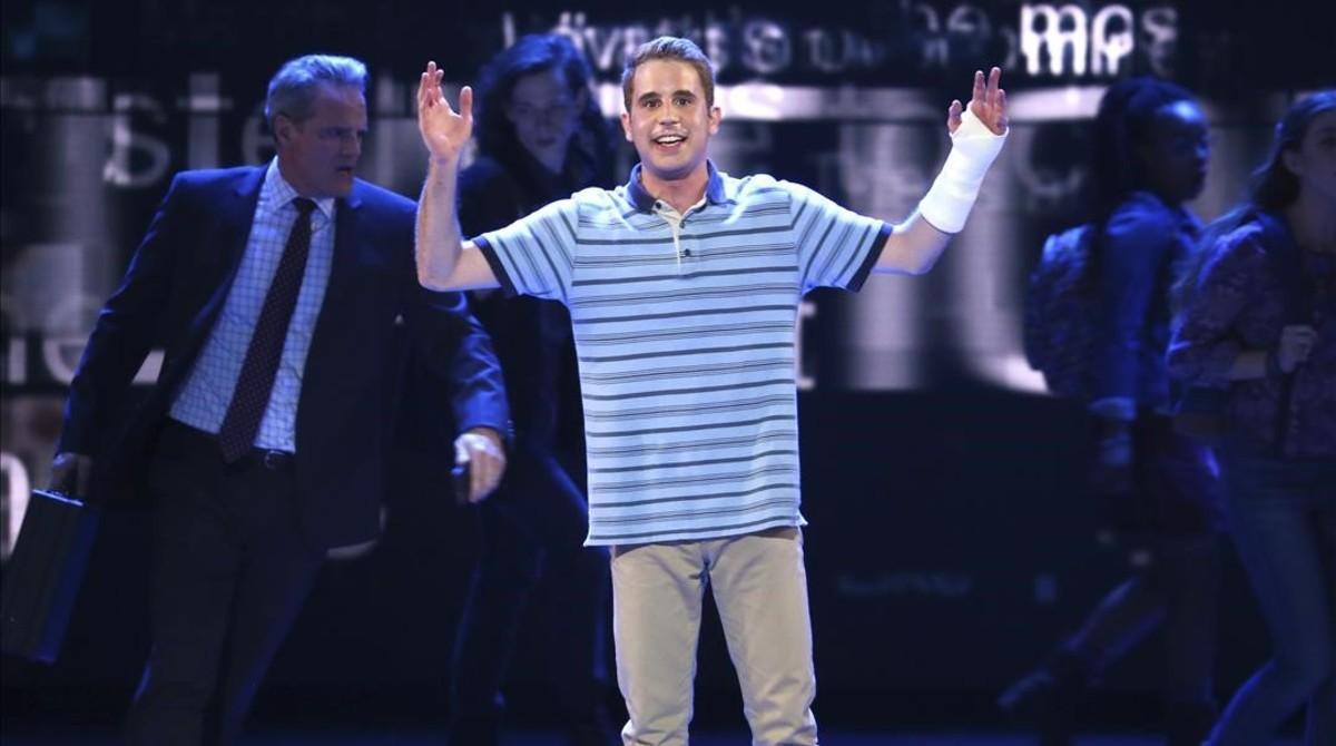 Ben Platt frente al reparto de 'Dean Evan Hansen'.