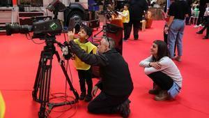 Un niño aprende cómo funciona una cámara de televisión.