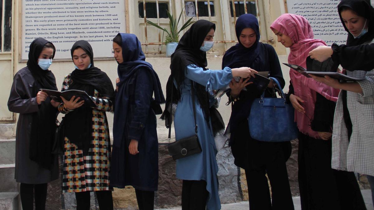 Niñas afganas asisten a una escuela para recibir clases de astronomía en Herat, Afganistán.