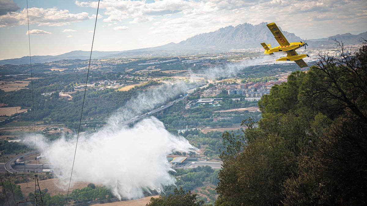 Incendio forestal de Martorell y Castellví. Con la actuación de hidroaviones, helicopteros, agentes forestales, bomberos y mossos d'esquadra. Estado del incendio: controlado. Con algunos puntos calientes todavía. AUTOR: MANU MITRU.