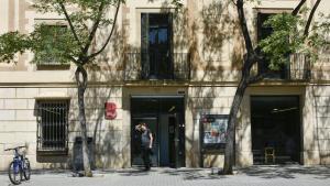 Exterior de la biblioteca Can Rosés, con vistas de la fachada de la masía.