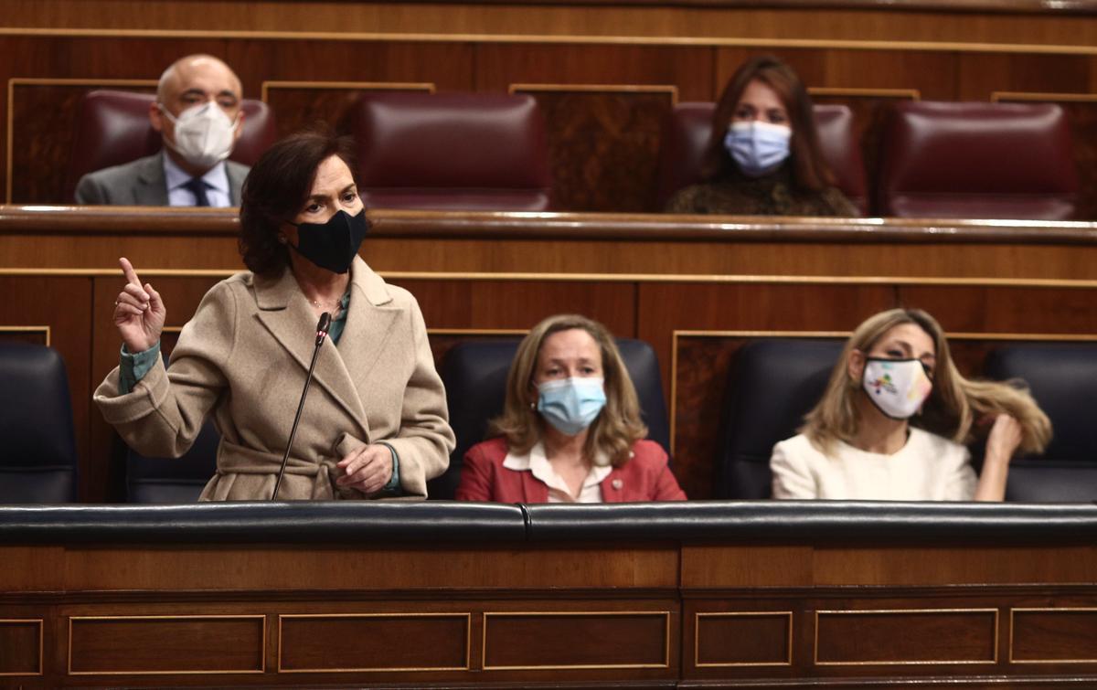 La vicepresidenta primera del Gobierno, Carmen Calvo, durante la sesión de control en el Congreso de este 21 de abril, al lado de las vicepresidentas Nadia Calviño y Yolanda Díaz.