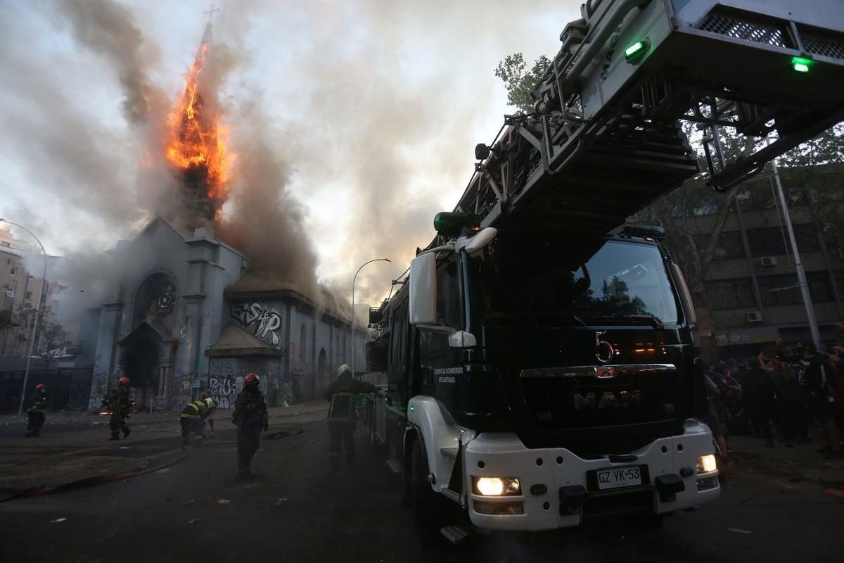 Bomberos trabajan en la extinción del incendio de la Iglesia de La Asunción.