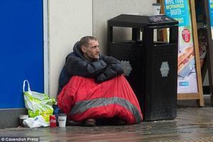 Stephen Jones durmiendo en las calles de Manchester tras los atentados del pasado 22 de Mayo en el concierto de Ariana Grande.