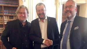El belgaMischaël Modrikamen (a la derecha), junto al italiano Matteo Salvini, y el estadounidense Steve Bannon.