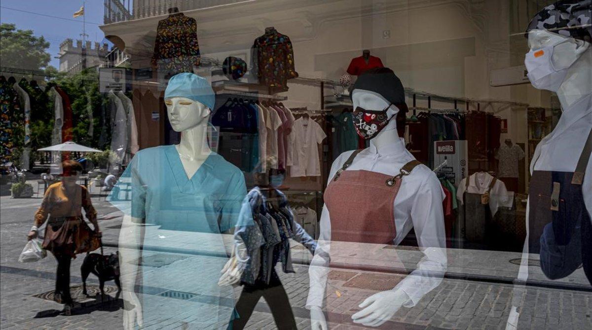 Maniquís con mascarilla en una tienda de Valencia.