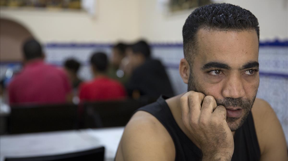 Mohamed, junto al grupo de jóvenes marroquís a los que ha invitado a comer.