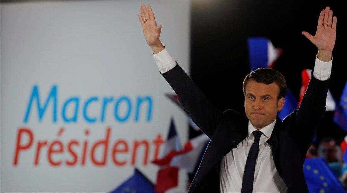 Macron saluda en un mitin en París, el 1 de mayo.