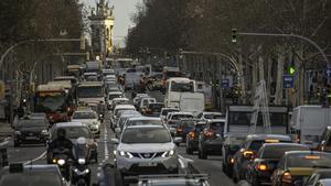 La Gran Via de Barcelona, repleta de coches