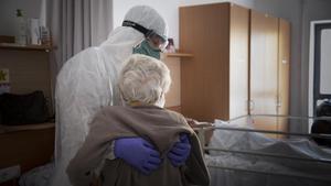 Traslado de un anciano de Barcelona de una residencia geriátrica a un hospital geriátrico, el pasado 17 de abril.