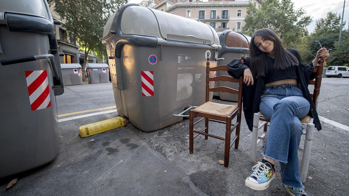 Àngels Florea posa junto a dos sillas callejeras después de subirlas a su cuenta de Instagram @stoopingbcn. Desaparecieron en menos de 15 minutos.