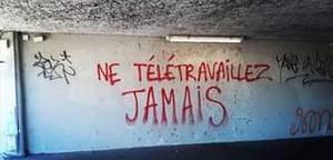 Graffiti que readapta el viejo lema de Debord 'Ne travaillez jamais' (nunca trabajes).