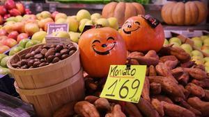 Castañas, boniatos y calabazas, en una parada del mercado de Horta de Barcelona.