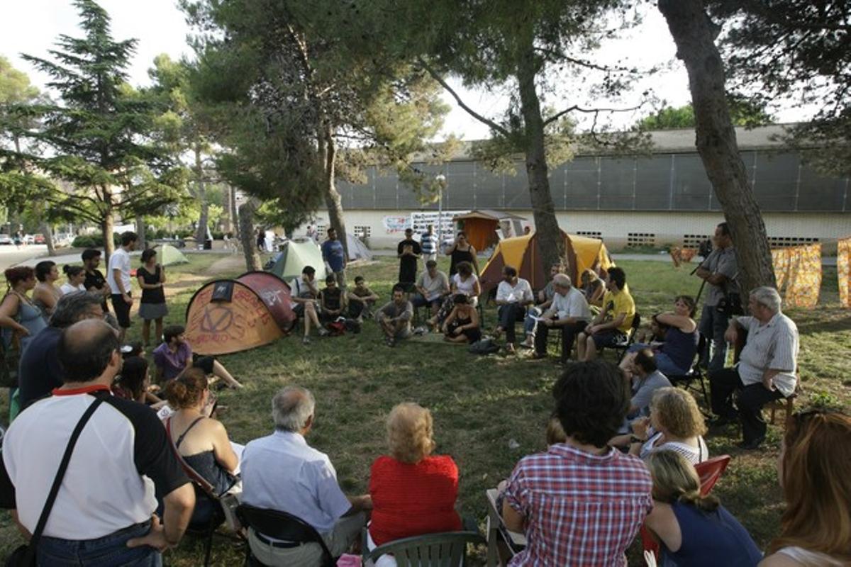 Un grupo de vecinos de los distintos CAP del Vallès se reúnen en asamblea a las puertas del CAP Ca N'Oriac de Sabadell, el miércoles.