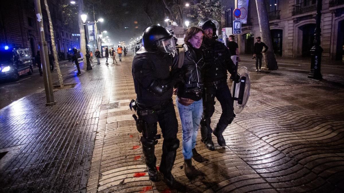 Los Mossos detienen a un manifestante en la Rambla de Barcelona