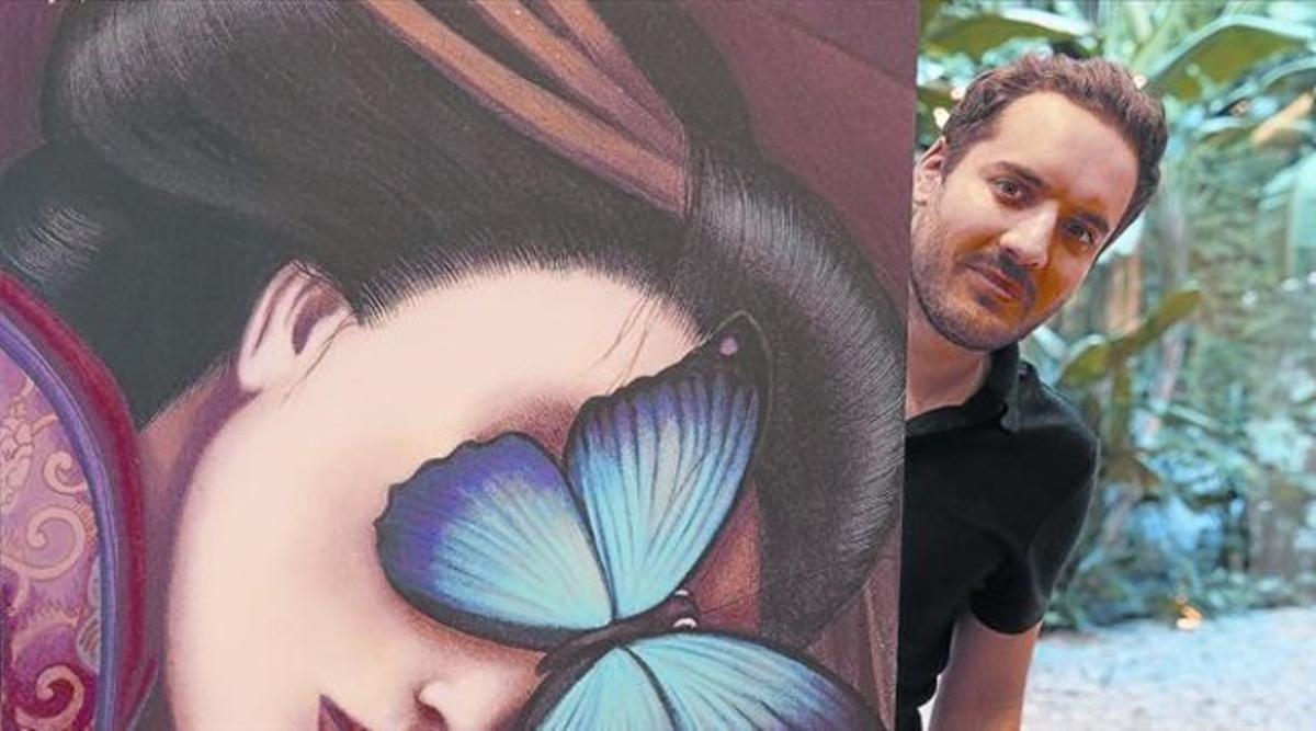 Benjamin Lacombe, en Barcelona, ante uno de sus dibujos de 'Madama Butterfly'.