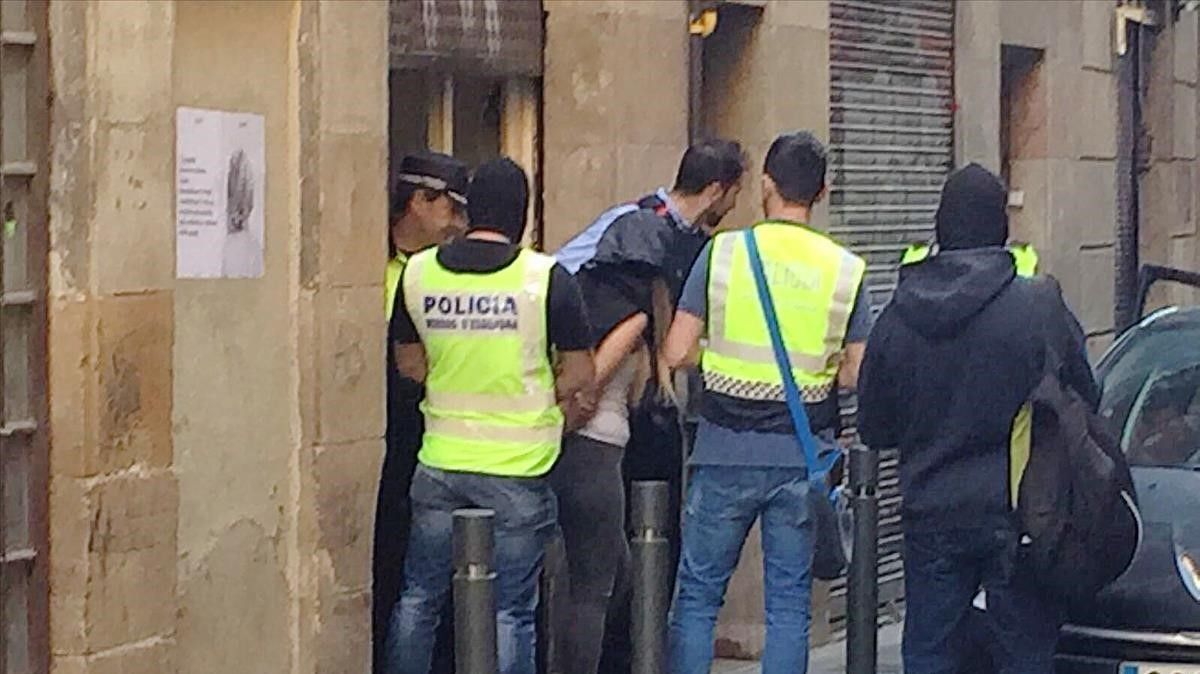 Policías sacan detenido a un hombre de unnarcopiso de la calle de la Riereta.