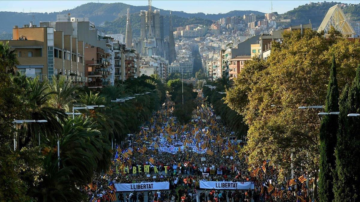 Vista aérea de la calle Marina durante la manifestación convocada por ANC y Omnium.