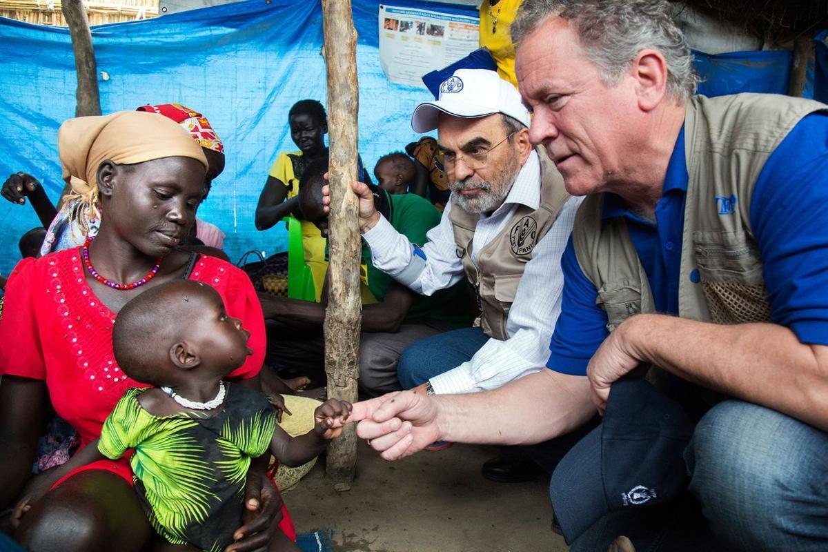El director ejecutivo del PMA, David Beasley, junto a una familia de un campo de refugiados de Sudán del Sur