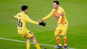 Pedri y Messi celebran el 1-2 marcado por el argentino tras un pase del canario.