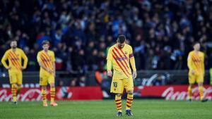 Los jugadortes del FC Barcelona, tras encajar el segundo gol del RCD Espanyol en el derbi del sábado.
