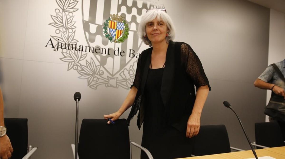 La alcaldesa de Badalona, Dolors Sabater, en el consistorio.