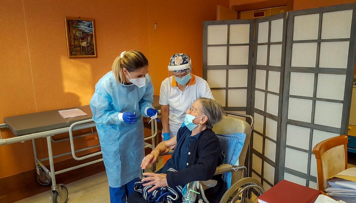 Fatima Negrini , de 108 años, recibe la vacuna en la residencia San Faustino de Milán.
