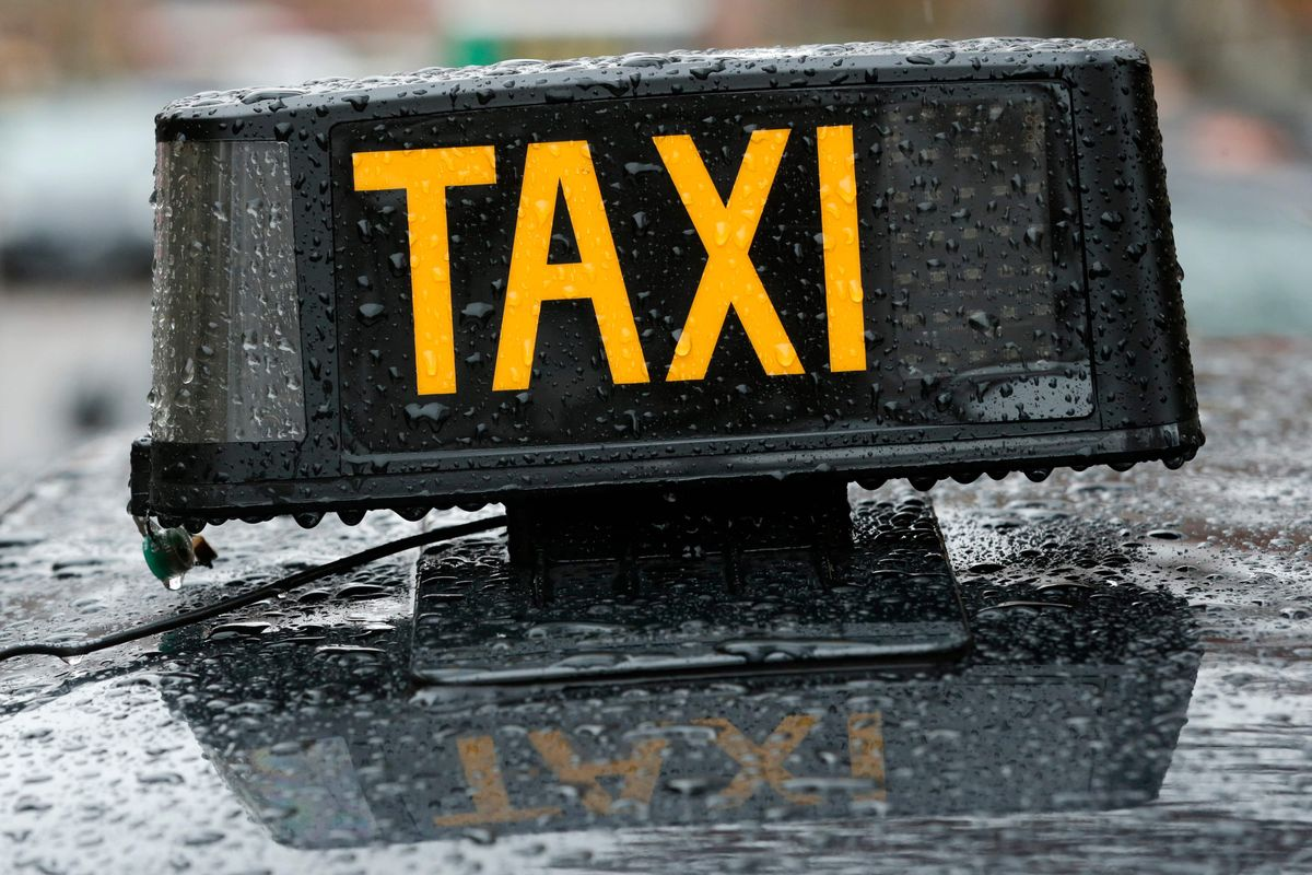 Dos detinguts per cremar un taxi a Badalona per utilitzar plataformes 'online'