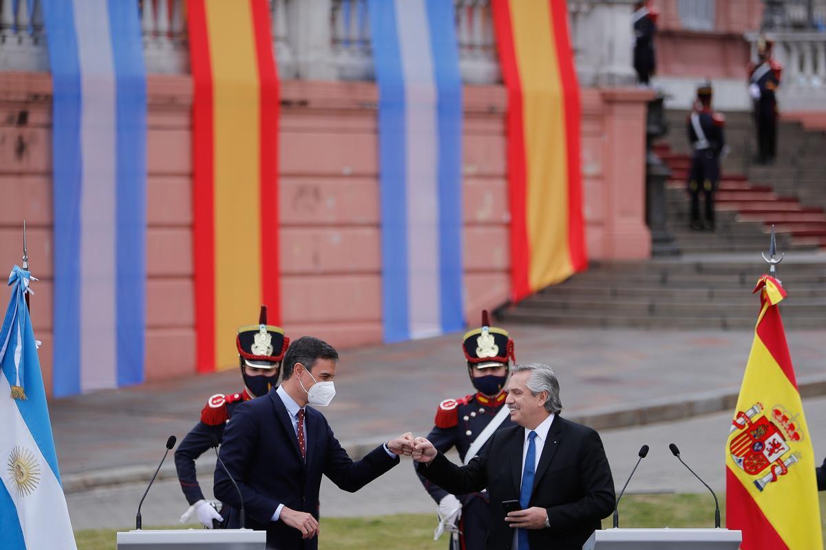 El presidente del Gobierno, Pedro Sánchez, y el presidente de Argentina, Alberto Fernández, durante su rueda de prensa en la Casa Rosada, en Buenos Aires, este 9 de junio.