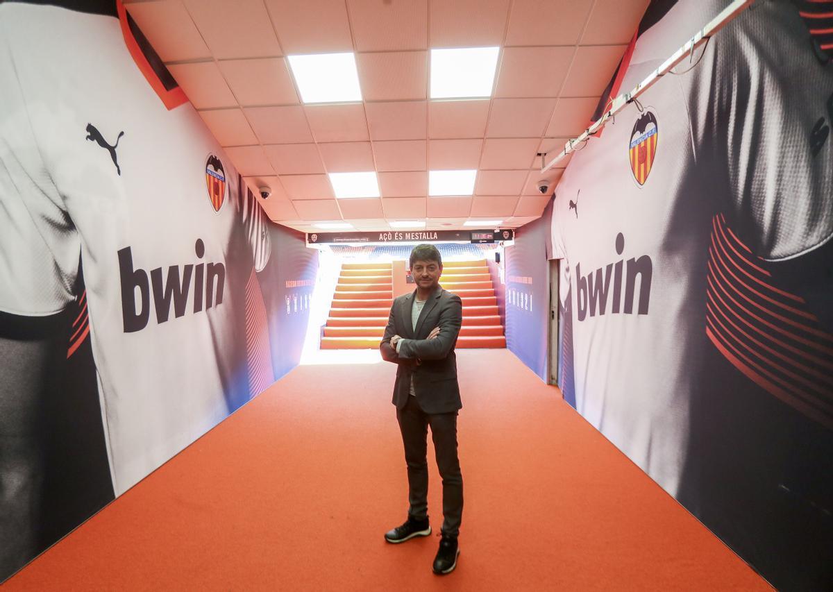 Fran Carrasco, director general de Molcaworld, en el túnel de vestuarios del estadio Mestalla de Valencia.