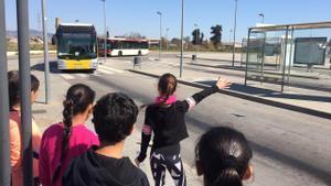 'Puja al bus' enseña a los niños y niñas a ir en transporte público.