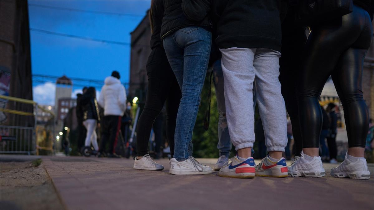 Jóvenes se concentran en Can Batlló el 5 de enero tras la agresión.