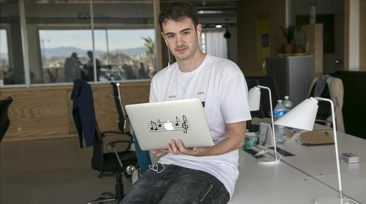 Uno de los fundadores de la plataforma y su actual diseñador gráfico,Raul Martínez, en las oficinas de la empresa.