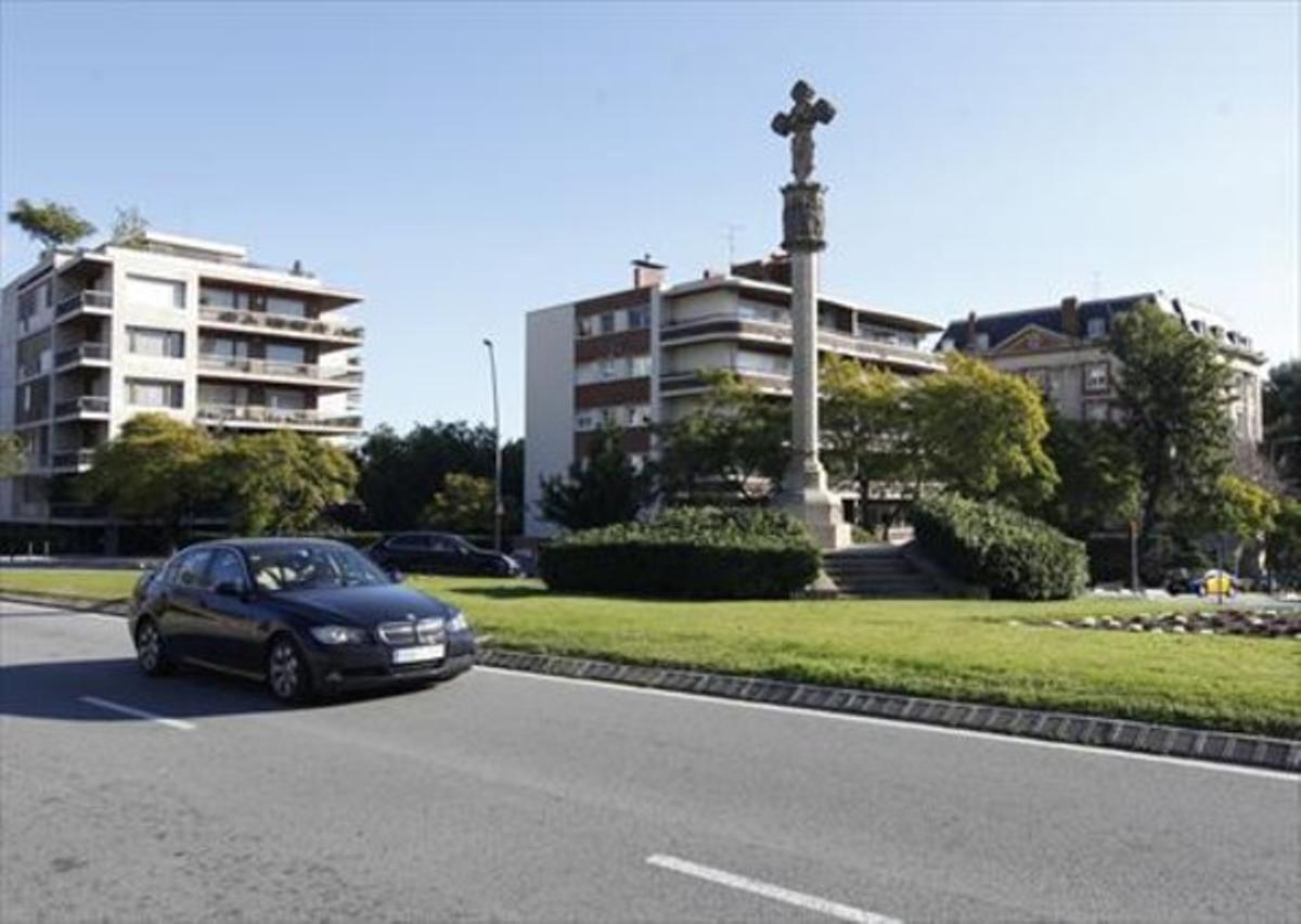 Rotonda 8 Imagen actual de la cruz, con unas viviendas detrás.